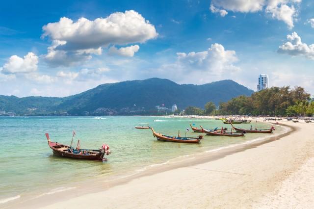 Traditional,Long,Tail,Boat,On,Patong,Beach,And,Andaman,Sea